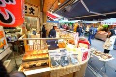 日本:Nakamise dori在浅草,东京 免版税库存图片