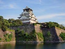 日本 大阪 黑色城堡棋子反映白色 免版税库存图片