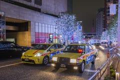 日本- 2016年11月21日:日本在街道上的出租汽车公园有东京铁塔背景,东京 免版税库存图片