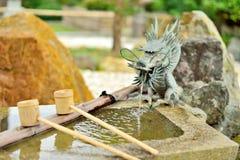 日本水盆, tsukubai,与龙喷泉 免版税库存图片