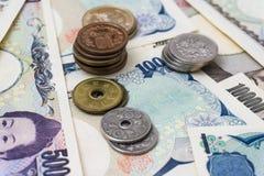 日本1000 5000 10000钞票和硬币 图库摄影