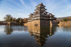 日本` s马塔莫罗斯城堡和反射在水中在日落 库存照片