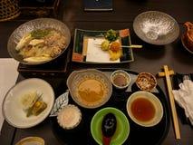 日本ryokan kaiseki晚餐主菜包括猪肉shabu热的罐,菜品种,用盐和芝麻醋调味汁 库存图片
