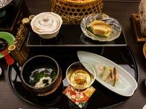 日本ryokan kaiseki晚餐开胃菜包括樱花豆腐、百合电灯泡豆腐、马尾巴、银藤和芝麻 免版税库存图片