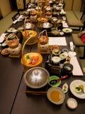 日本ryokan kaiseki餐具在家庭私有室服务包括开胃菜例如樱花豆腐,猪肉shabu 免版税库存图片