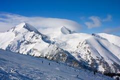 日横向山晴朗的冬天 库存照片