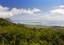 日横向毛里求斯山本质晴朗的木头 木头和山,全景 库存图片