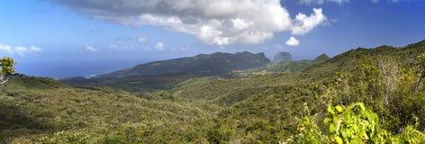 日横向毛里求斯山本质晴朗的木头 木头和山,全景 图库摄影