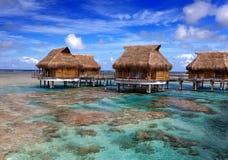 日海岛横向海洋overwater晴朗的别墅 免版税图库摄影