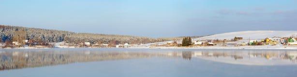 日湖横向晴朗的冬天 库存图片