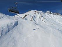日滑雪倾斜晴朗 免版税库存图片
