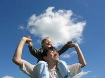 日父亲担负晴朗的儿子 免版税图库摄影