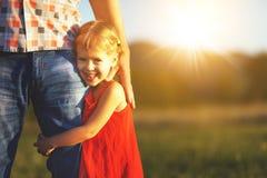日父亲s 拥抱父亲本质上的儿童女孩在日落 库存照片
