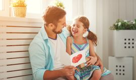 日父亲s 拥抱爸爸和笑的愉快的家庭女儿 库存图片