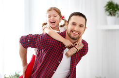日父亲s 拥抱爸爸和笑的愉快的家庭女儿 库存照片