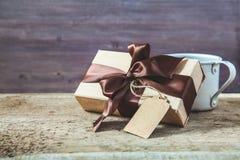 日父亲s 有标记的礼物盒和在木背景的咖啡杯复制空间 免版税库存图片