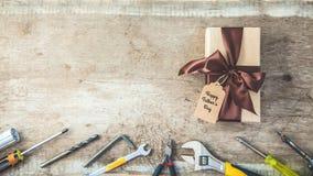日父亲s 有标记的礼物盒,在一个木背景拷贝的工具间隔顶视图横幅概念 免版税图库摄影