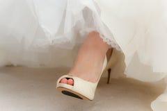 日穿上鞋子婚礼 库存图片