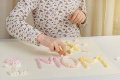 日花产生母亲妈咪儿子 孩子做母亲的一个礼物 在桌卡片的传播从蛋白软糖 免版税库存照片