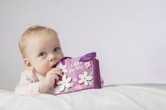 日花产生母亲妈咪儿子 有礼物的可爱的婴儿男孩 明信片为母亲节或任何假日 库存图片