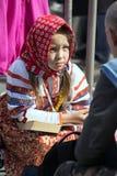 日莫斯科胜利 全国制服的美丽的女孩有一本书的在胜利天 库存照片