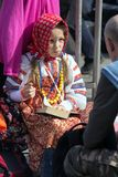 日莫斯科胜利 全国制服的美丽的女孩有一本书的在胜利天 免版税库存照片