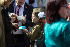 日莫斯科胜利 军服的美丽的女孩有旗子的在胜利天 库存图片