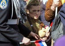 日莫斯科胜利 军服的美丽的女孩有旗子的在胜利天 免版税图库摄影