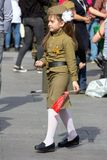 日莫斯科胜利 军服的美丽的女孩有旗子的在胜利天 免版税库存照片