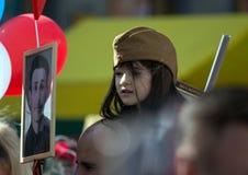 日莫斯科胜利 军服的美丽的女孩有红色球的在胜利天 免版税库存照片