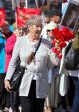 日莫斯科胜利 有红色花的一名妇女 免版税库存照片