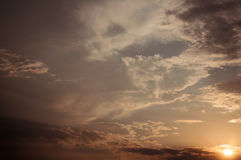日落、太阳光芒和云彩 库存图片