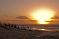 日落、海、海滩和沙丘 免版税库存图片