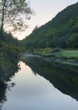 日落、神奇大气、爱尔兰& x28的河Avondberg; 免版税库存图片
