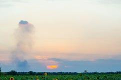 日落、美丽的天空和领域,您的文本的自由空间 免版税库存照片