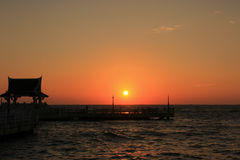 日落上面公海在泰国 免版税库存图片