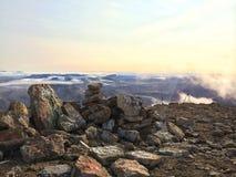 日落与岩石图画的山景 库存图片