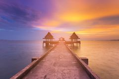 日落与放弃寺庙的走道的海岸地平线秀丽在海洋 免版税库存照片
