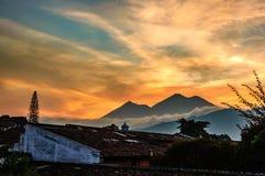 日落两个火山,危地马拉 免版税库存图片
