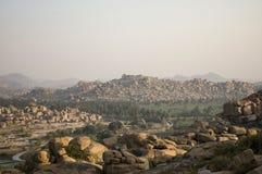日落亨比 日出亨比 在山和废墟的美好的日落 库存照片