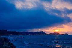 日落从海岸线的海透视,美好的山和海景环境美化,与蓝色和黑暗的col的闪烁微明 库存图片