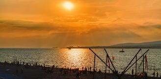 日落俯视的海海湾和海滩与未认出的游人,黑海海岸, Gelendzhik,俄罗斯 免版税图库摄影