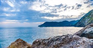 日落光在韦尔纳扎,五乡地,意大利 山的日落视图 库存照片