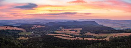 日落全景、富启示性的风景、绿色森林和山 免版税图库摄影
