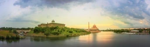 日落全景在布城和清真寺,吉隆坡的 库存照片