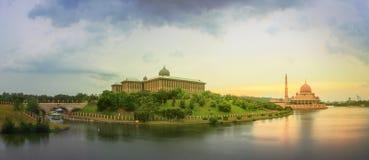 日落全景在布城和清真寺,吉隆坡的 库存图片