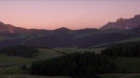 日落全景在Alpe di Siusi,白云岩,意大利的夏天 股票录像