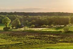 日落农场的村庄 免版税库存图片