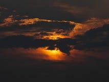 日落剪影在云彩后的 库存图片
