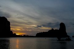 日落剪影在海海滩胜地的在泰国, Krabi 图库摄影